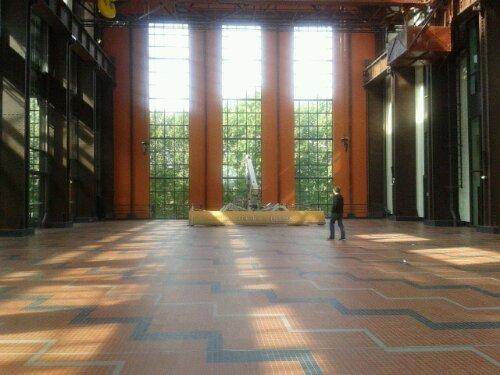 Au fond du hall sur la droite, les bureaux d'EuropaCorp