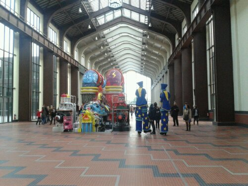 L'équipe de Luc Besson a confié à l'association Graff'art le soin de transformer en oeuvre d'art, l'ancienne turbine électrique qui trône au centre de la nef de la Cité du Cinéma.