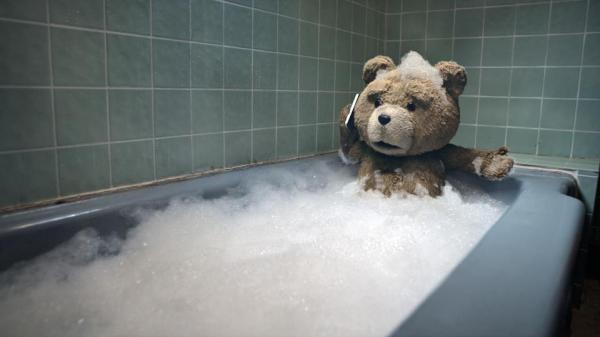 Ted dans son bain avec son téléphone